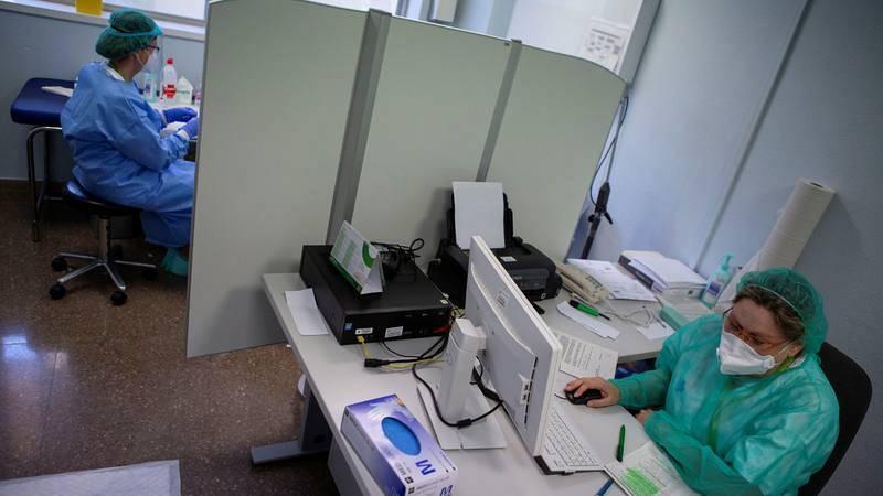 Personal sanitario, en el laboratorio del hospital Germans Trias i Pujol de Badalona (Barcelona).