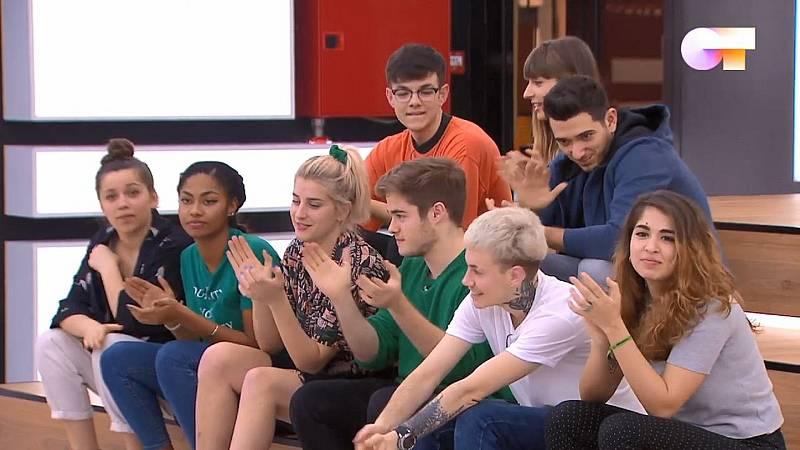 Los nueve concursantes de Operación Triunfo 2020 que aún están dentro del concurso sentados en la sala de ensayos