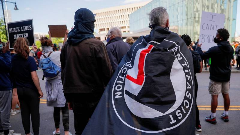 En Boston (Massachusetts), un manifestante lleva una bandera de Acción Antifascista en una concentración tras la muerte de George Floyd