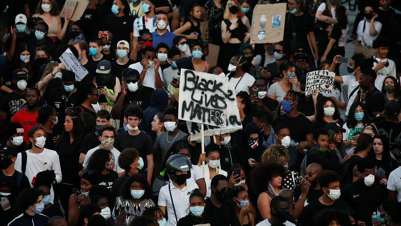 Personas asisten a una manifestación prohibida planeada en memoria de Adama Traore, en Francia.
