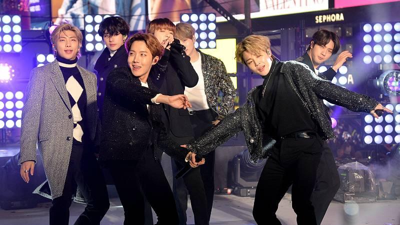 BTS actuando en Times Square al pasado 31 de diciembre.