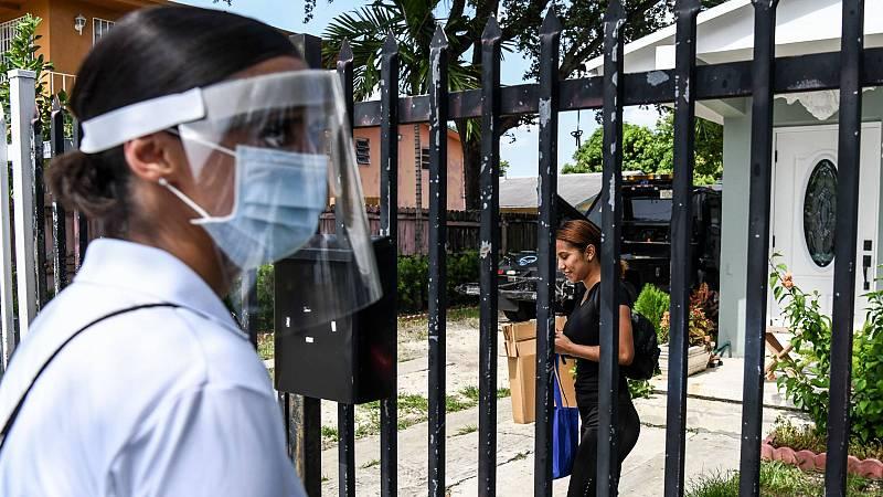 Una voluntaria reparte equipos de protección contra el coronavirus en un barrio de Miami, la principal ciudad de Florida, donde los casos diarios han superado los 10.000