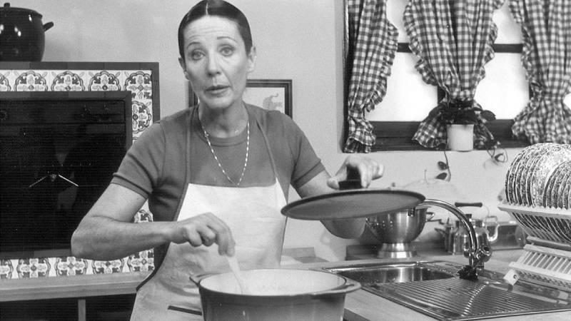 Elena Santonja, presentadora de 'Con las manos en la masa', en la cocina del programa.