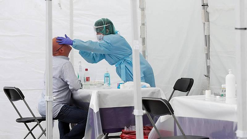 Vecinos de Ordizia (Gipuzkoa) acuden a las carpas instaladas para realizar pruebas PCR