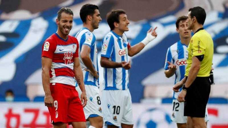 El capitán y delantero de la Real Sociedad, Mikel Oyarzabal (c), protesta al árbitro Martínez Munuera (d) por conceder el gol de Soldado (i), delantero del Granada