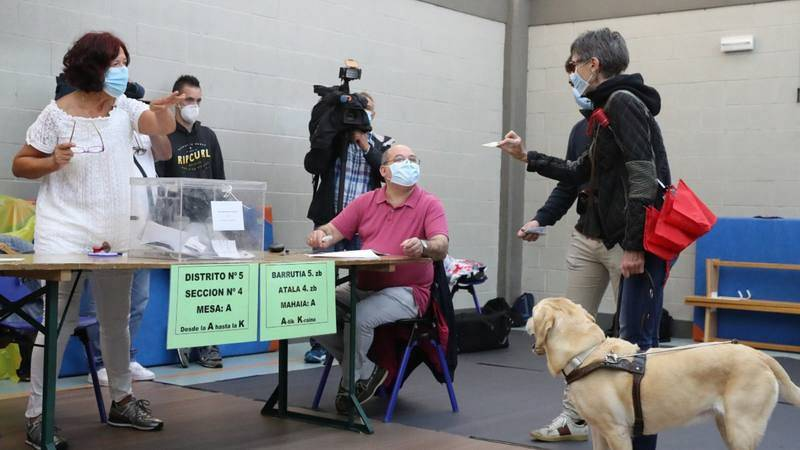 Una mujer invidente en el momento de votar en un colegio electoral en la localidad vizcaína de Durango