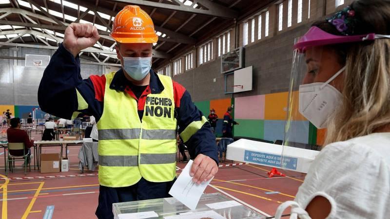 Un trabajador de Alcoa vota en un colegio electoral de Burela (Lugo)
