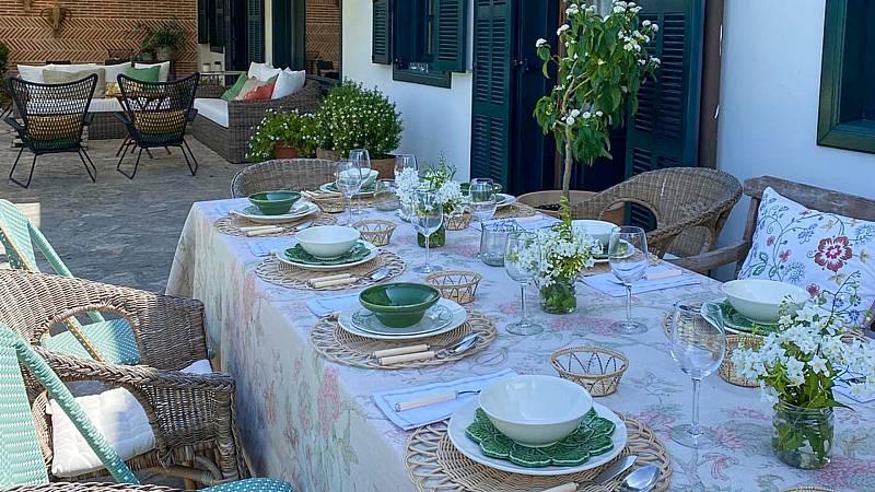 Una mesa bien decorada invita a disfrutar de una buena compañia