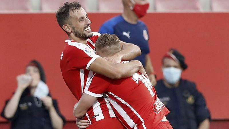 Stuani (i) celebra el gol abrazado a Samu Sáiz