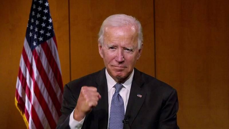 El candidato presidencial demócrata de los Estados Unidos y exvicepresidente, Joe Biden, aprieta el puño en reacción a un comentario sobre políticos que luchan por la justicia racial durante la Convención Nacional Demócrata virtual de 2020.