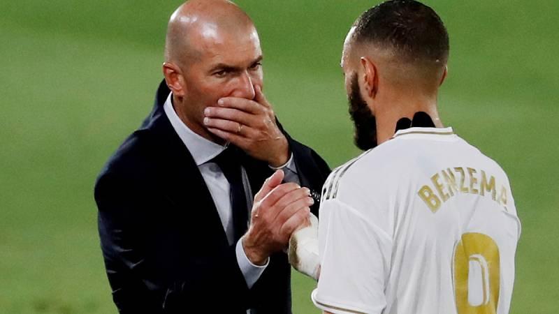 Imagen: Zinedine Zidane (i) conversa con Karim Benzema (d)