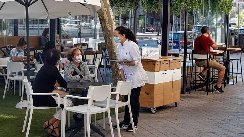 Varias personas consumen en una terraza de un bar de Madrid.