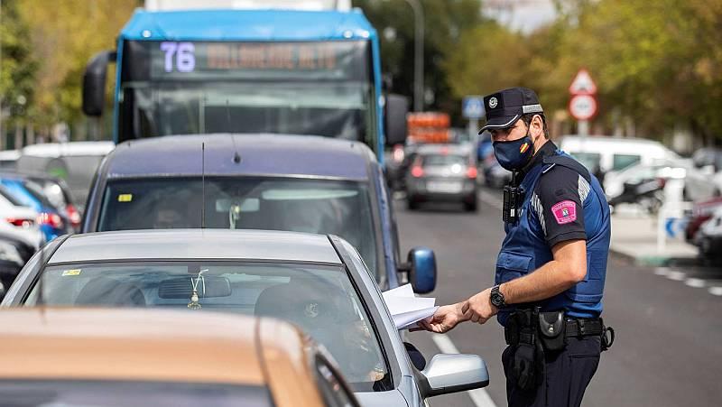 Control informativo de la policía local de Madrid en el barrio de Orcasur