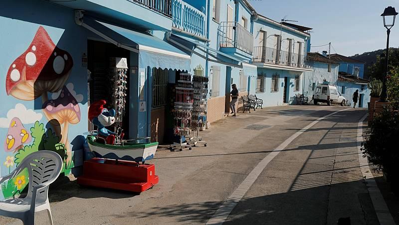 Una tienda de recuerdos en una calle desierta de Júzcar
