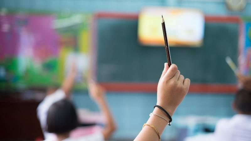 Un alumno de Primaria levanta la mano en clase, en una imagen de archivo