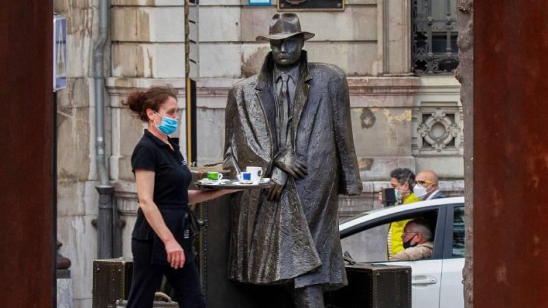 Una camarera trabaja en una terraza del centro de Oviedo