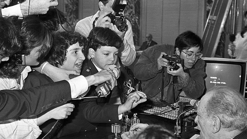 La niña Isabel Muñoz canta el Gordo, que correspondió al número 4.414, durante el Sorteo Extraordinario de Navidad en 1984