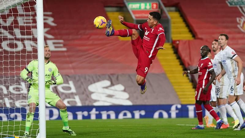 Roberto Firmino (c) ante el Leicester City