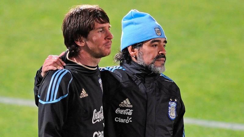 Maradona (derecha) pasa la mano por la espalda de Messi en un entrenamiento de la selección argentina en el Mundial de 2010