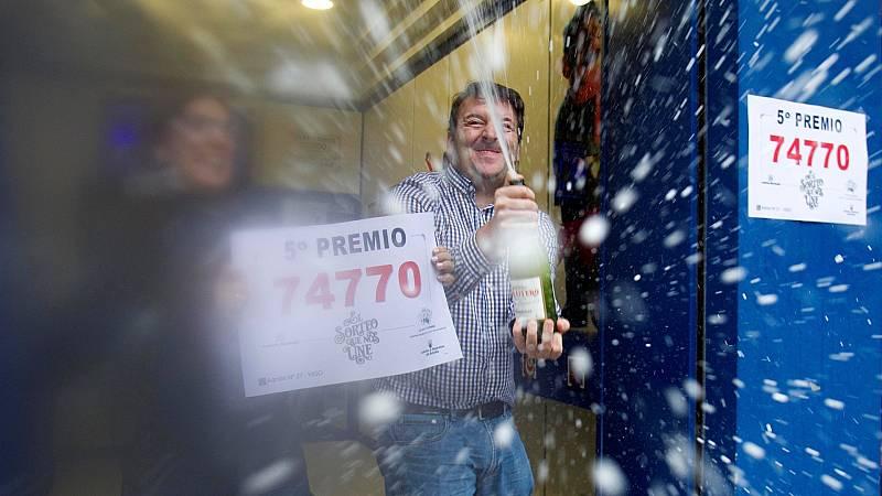 Celebración del quinto premio de la Lotería de Navidad en una administración de Galicia en 2019