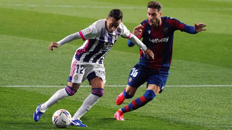 Fabian Orellana (i) pelea un balón con el centrocampista del Levante Rochina