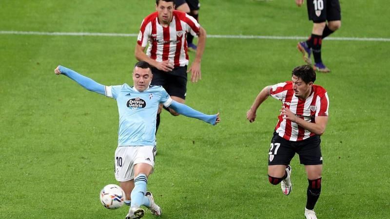 El delantero del Celta de Vigo Iago Aspas (i) disputa un balón con el centrocampista del Athletic de Bilbao, Unai Vencedor (d)