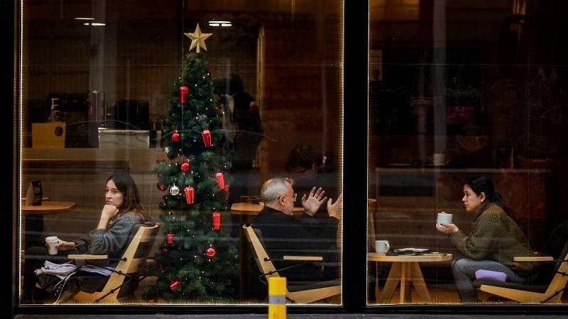 Varias personas toman café en una cafetería del centro de Barcelona.