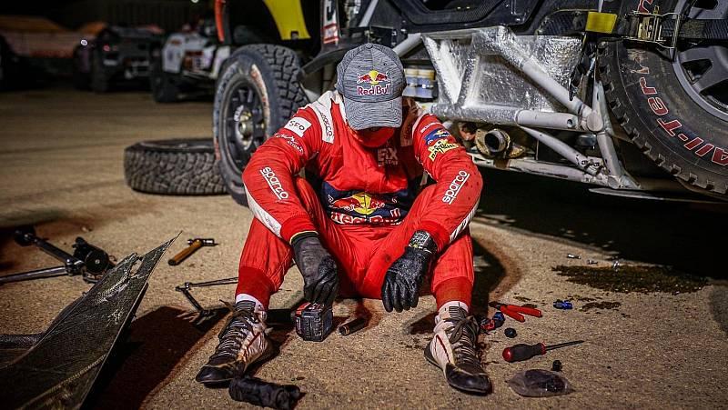 El piloto Sebastíen Loeb, agotado, tras no poder arreglar su coche y verse obligado a abandonar el Dakar