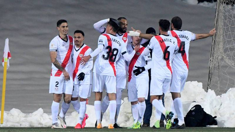 Los jugadores del Rayo Vallecano celebran uno de los goles sobre el Elche.