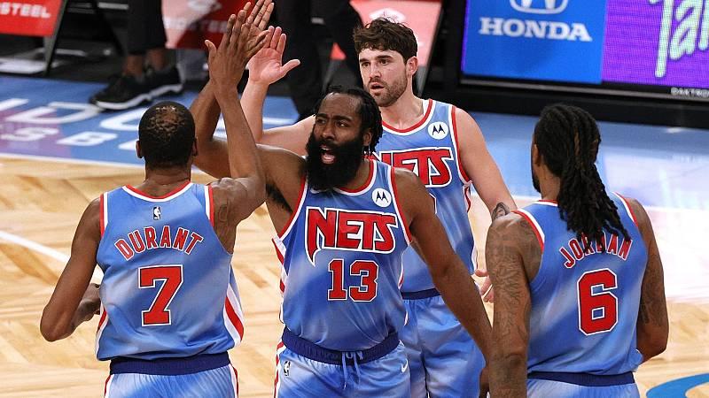Jugadores de Nets felicitan a Harden por una canasta anotada