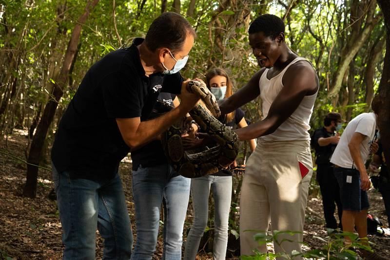 Iván Mendez conoce a la serpiente en la serie Dos Vidas
