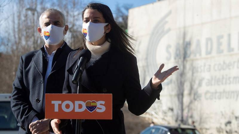 La presidenta de Ciudadanos, Inés Arrimadas, con el candidato de Cs a la presidencia de la Generalitat, Carlos Carrizosa, durante un acto electoral en Barcelona