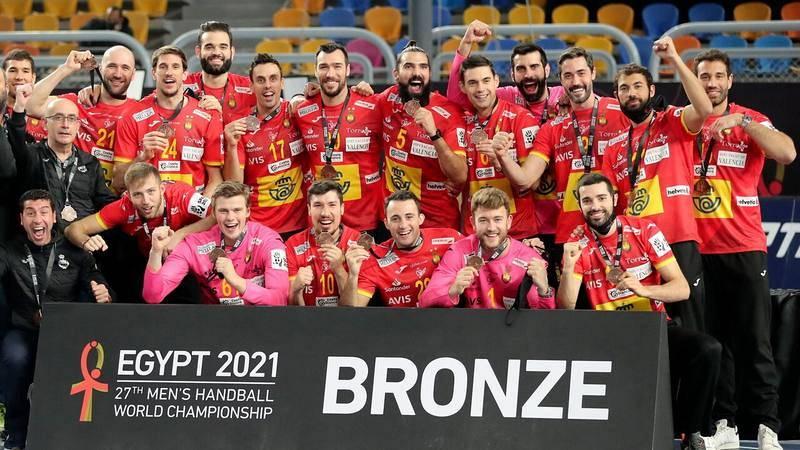 La selección española de balonmano celebra su medalla de bronce mundialista.