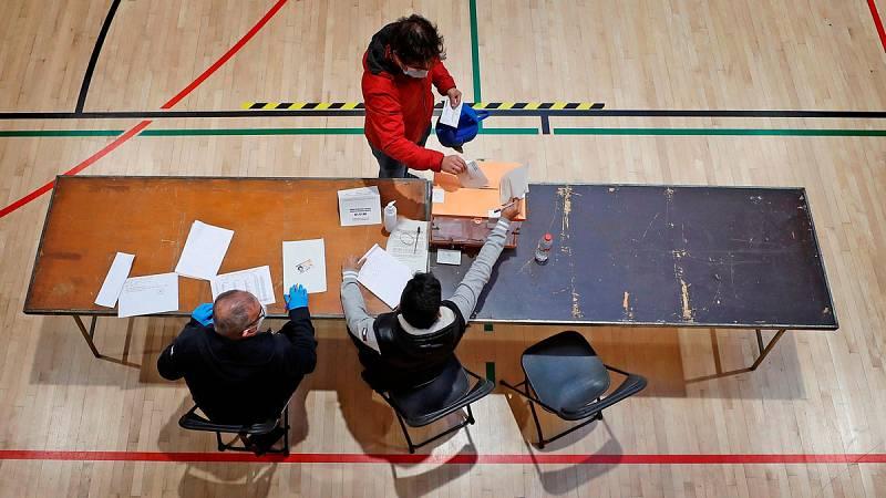 La participación en Cataluña se desploma 22,5 puntos a las 18.00 y se sitúa en el 45%