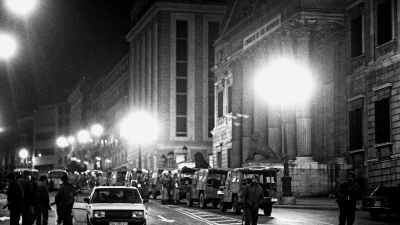Exterior del Congreso de los Diputados en la noche del 23F.