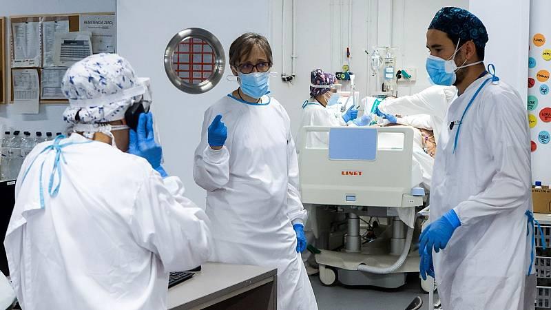 Personal sanitario del Hospital Parc Taulí de Sabadell (Barcelona) trabaja en la UCI para enfermos de COVID-19