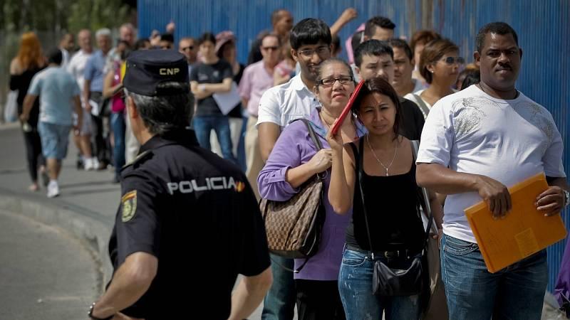 Colas de inmigrantes en Madrid en una imagen de archivo