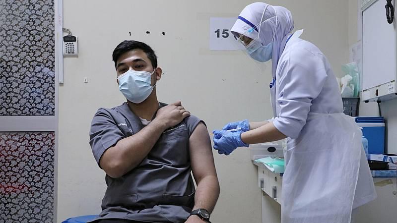 Sanitarios reciben una vacuna contra el coronavirus en Malasia. REUTERS/Lim Huey Teng