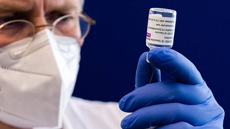 Un sanitario alemán carga una jeringuilla con una dosis de la vacuna de AstraZeneca contra el coronavirus.