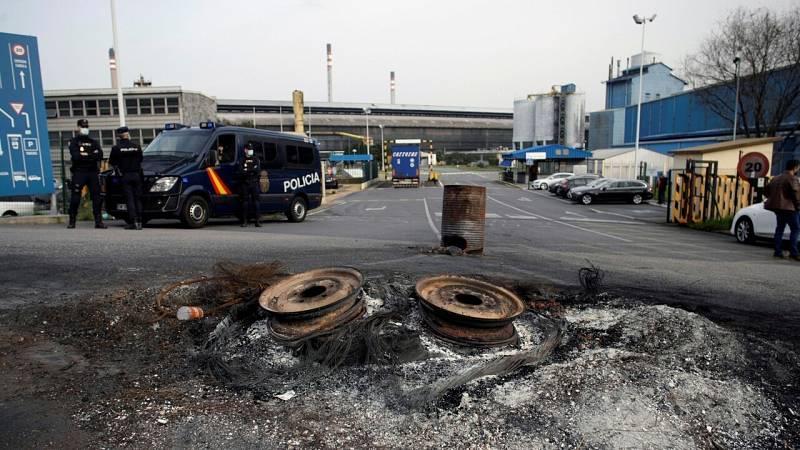 Agentes de la Policía Nacional a las puertas de la factoría Alu Ibérica en A Coruña, antigua planta de Alcoa.