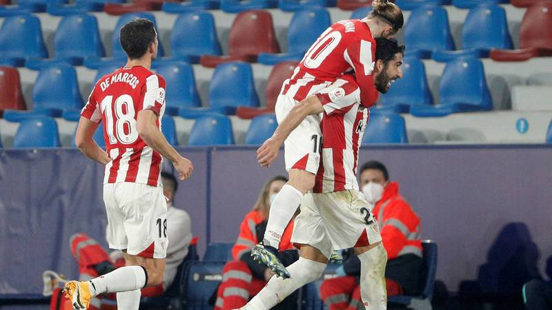 Raúl García (d) carga a cuestas con Muniain para celebrar su gol ante el Levante,
