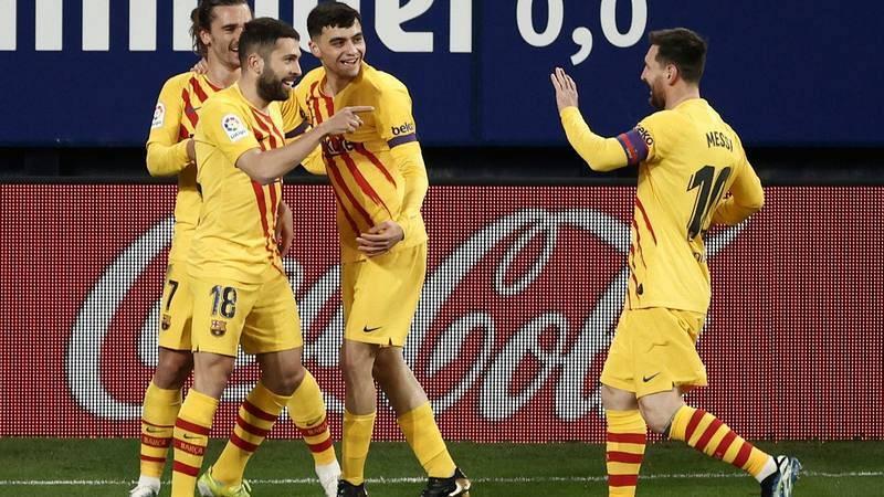 El lateral del FC Barcelona Jordi Alba (2-i) celebra con sus compañeros tras marcar ante Osasuna.