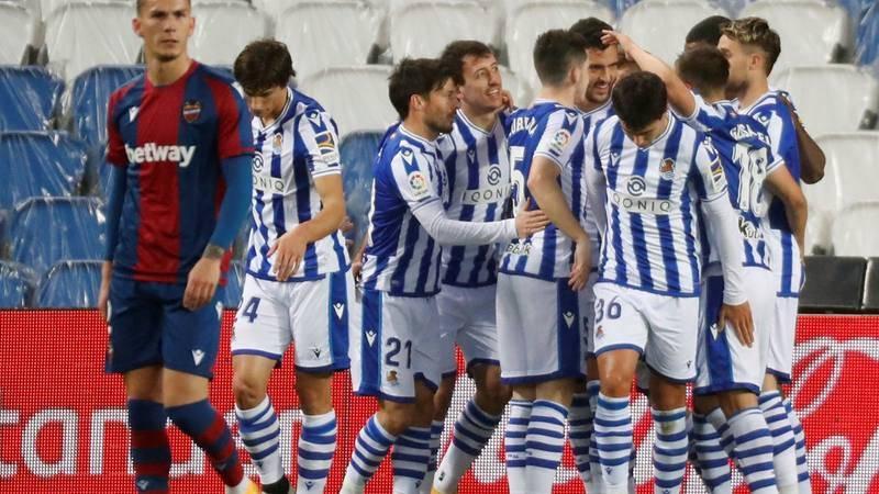 Los jugadores de la Real Sociedad celebran el primer gol del equipo donostiarra durante el encuentro correspondiente a la jornada 26 de primera división.