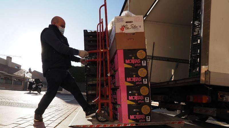 Un carretillero descarga un camión en Valladolid