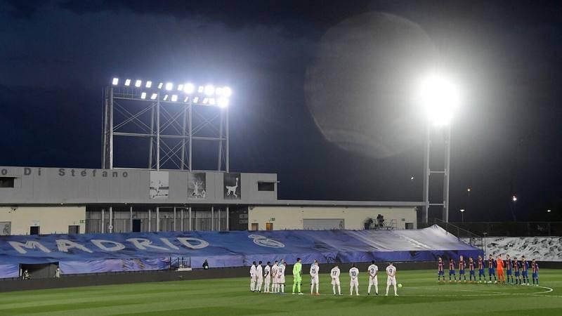 Los jugadores de Madrid y Barça guardan un minuto de silencio antes del partido en Valdebebas.