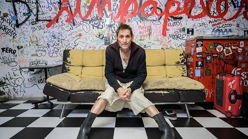 Albert Pla assegut a un sofà de la sala Upload