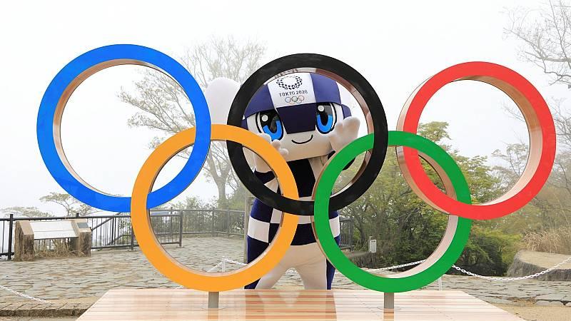 Mascota de los próximos Juegos Olímpicos tokiotas, Miraitowa, posa con los anillos olímpicos.