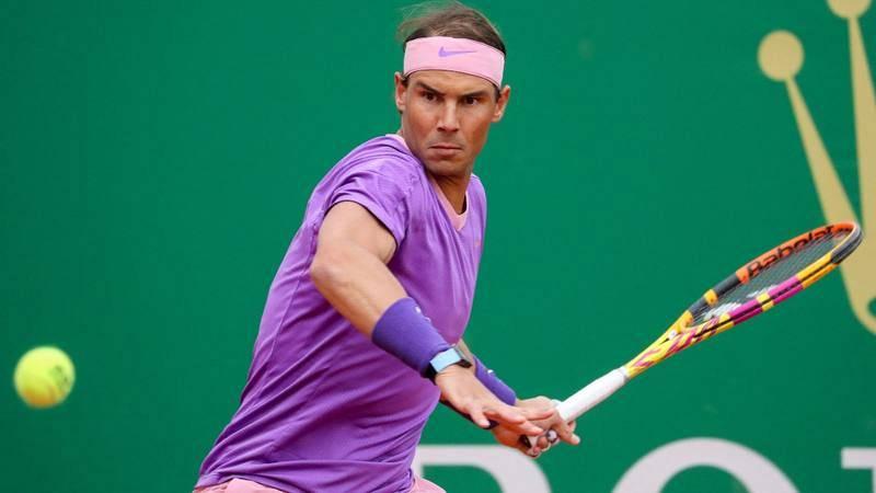 Rafa Nadal golpea la bola durante su partido ante Federico Delbonis en el Masters 1.000 de Montecarlo.