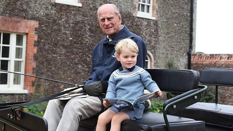 Felipe de Edimburgo subido a un carruaje negro