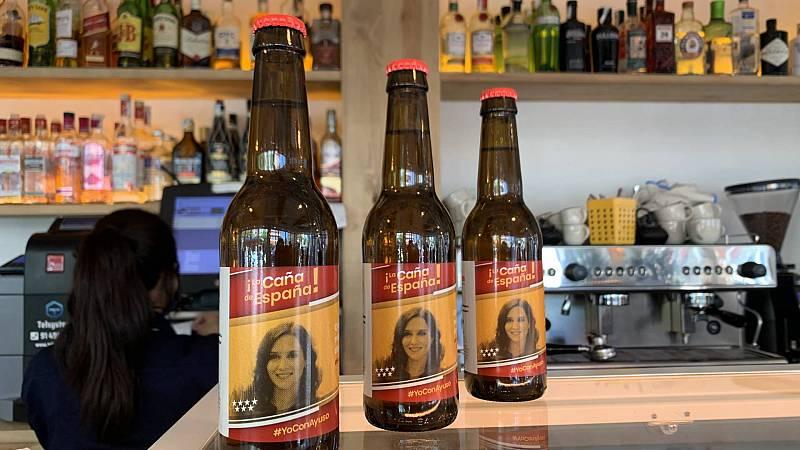 Cerveza con la imagen de la presidenta de la Comunidad de Madrid, Isabel Díaz Ayuso, en un bar de la capital